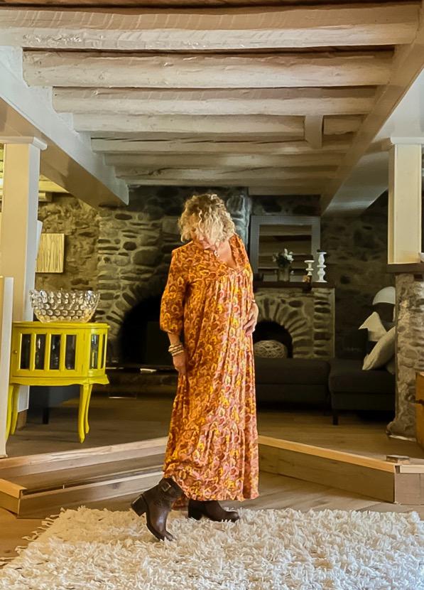 Association bohème chic : robe longue et boots reptile